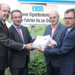 An die Vorstandsmitglieder der Euregio BH Dr. Bidner, Landrat a.D. Neiderhell und Prof. KommR  Mayr werden von NR Mag. Lettenbichler mehr als 13.000 Protest- Unterschriften aus der Grenzregion übergeben.