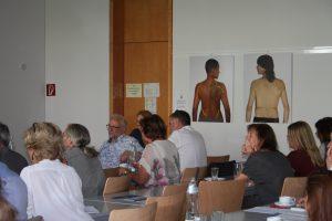 """Die TeilnehmerInnen vor den Bildern der Künstlerin Kathrin Stumreich """"""""Sehfeldsondierung"""" zum Thema Grenzen der Wahrnehmung"""