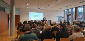 FH Kufstein Rektor Döller bei seiner Begrüßung der rund 60 TeilnehmerInnen